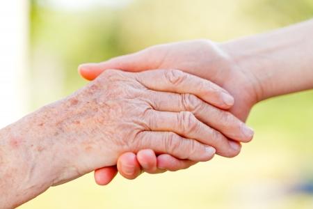 Le mani aiutando per anziani assistenza domiciliare