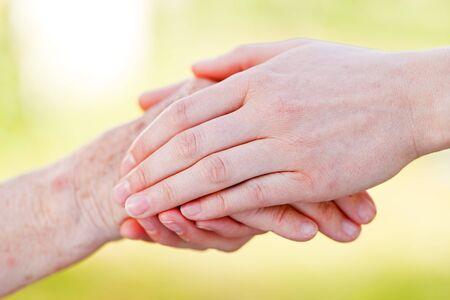 De helpende handen voor ouderen thuiszorg