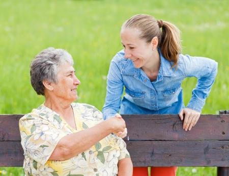Ältere Frau, die Hand schütteln mit ihrem Pfleger