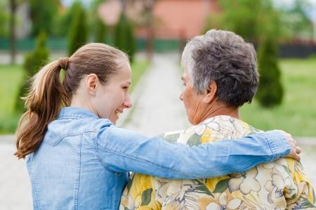ancianos caminando: Anciana dice a sus quejas al cuidador