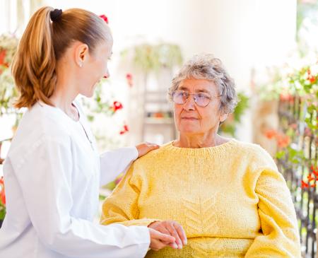 personas ayudando: Encontrar los servicios de cuidado en el hogar adecuado para su ser querido