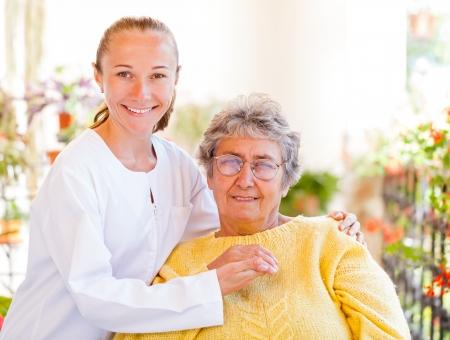 Trouvez les services de soins à domicile bonnes pour votre bien-aimé Banque d'images - 23336725