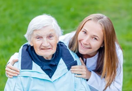 enfermedades mentales: Retrato de la mujer mayor y su cuidador