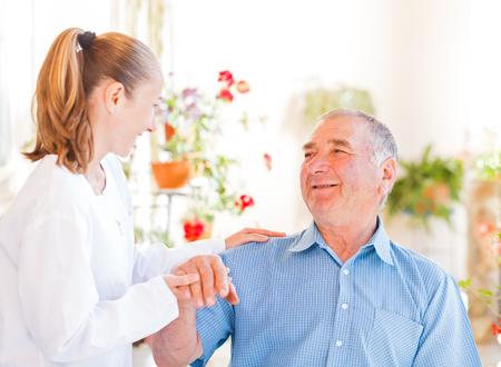 Finden Sie die richtigen häuslichen Pflege für Ihre Liebsten Standard-Bild - 25769225