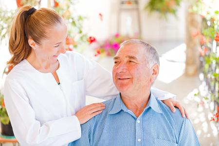 Trouvez les services de soins à domicile adaptés à votre aimé Banque d'images - 25895499