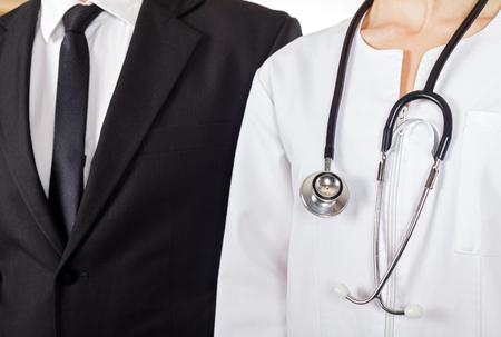 Jeune médecin et homme d'affaires ont une réunion