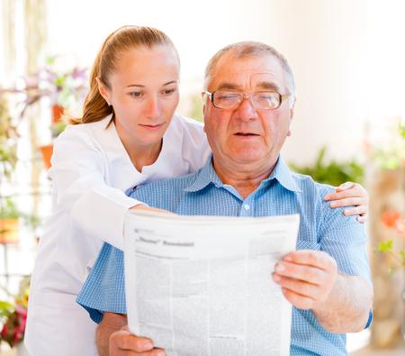 Trouvez les services de soins à domicile adaptés à votre aimé Banque d'images - 26118018