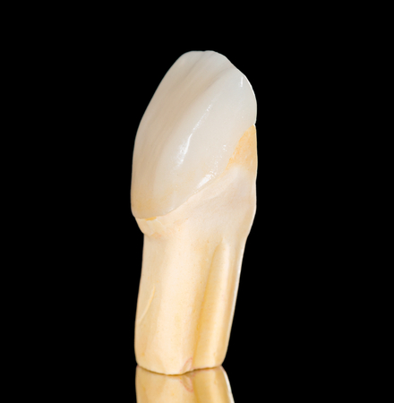 Dentale corona in ceramica isolato su nero