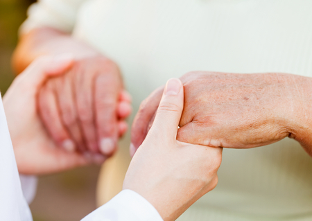 dando la mano: Dando manos que ayudan a las personas mayores necesitadas
