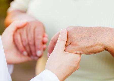 Donner des mains secourables pour les personnes âgées dans le besoin Banque d'images