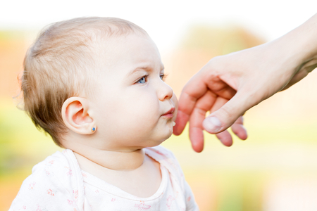 smeared baby: Retrato de una ni�a adorable en el exterior