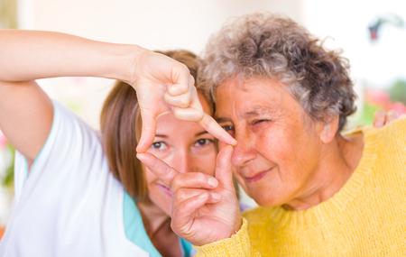幸せな高齢者の女性は彼女の娘との時間を楽しむ
