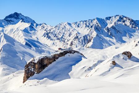 montañas nevadas: Foto del paisaje nevado invierno en los Alpes Foto de archivo