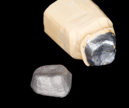prosthodontics: Carpenteria metallica corona su sfondo nero