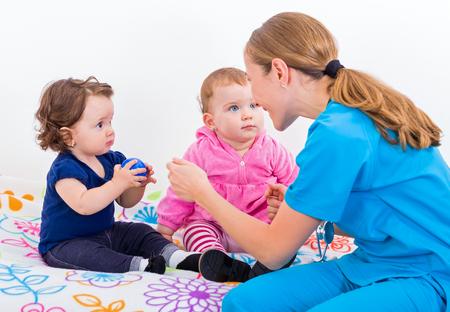 2 つのかわいい赤ちゃんと医者の写真