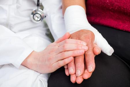 Jonge arts die helpende hand voor de patiënt