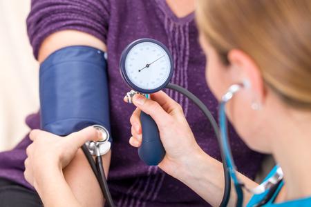 enfermeras: Cierre de la foto de la medici�n de la presi�n arterial Foto de archivo