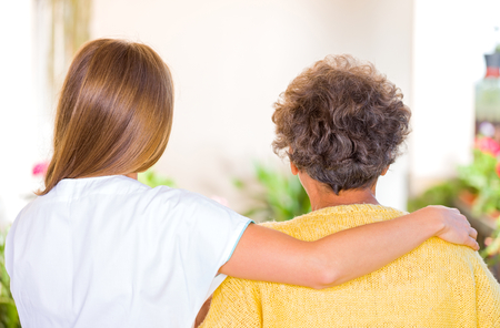 enfermedades mentales: Foto de la mujer de edad avanzada con su cuidador Foto de archivo