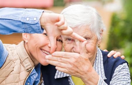 Foto der älteren Frau mit Enkelkind mit lustig Standard-Bild - 37013295