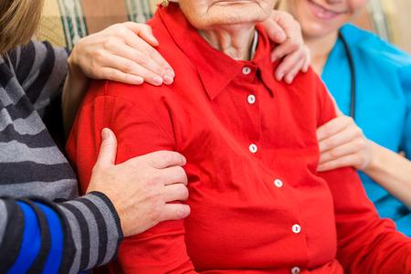 apoyo familiar: Foto de la mujer de edad avanzada con el apoyo de la familia Foto de archivo