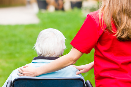 Foto van de bejaarde vrouw met de mantelzorger Stockfoto