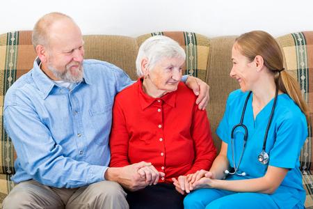 Bejaarde vrouw en haar zoon bij de dokter Stockfoto