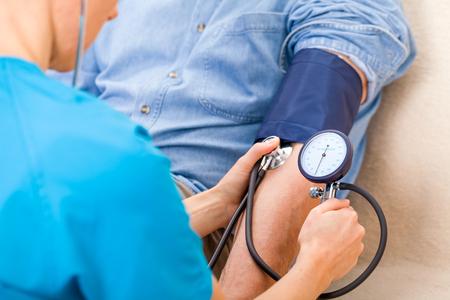 hipertension: Cierre de la foto de la medici�n de la presi�n arterial Foto de archivo