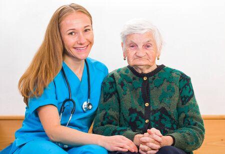 seguridad e higiene: Foto de la mujer de edad avanzada con el joven médico