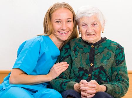 Foto van de bejaarde vrouw met de jonge arts