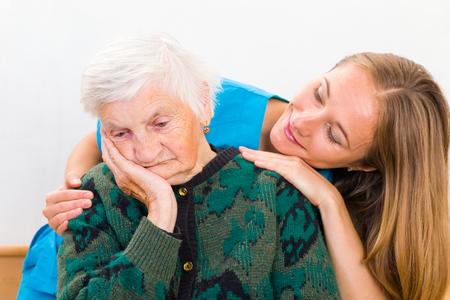 Foto di donna anziana supportato da giovane medico Archivio Fotografico