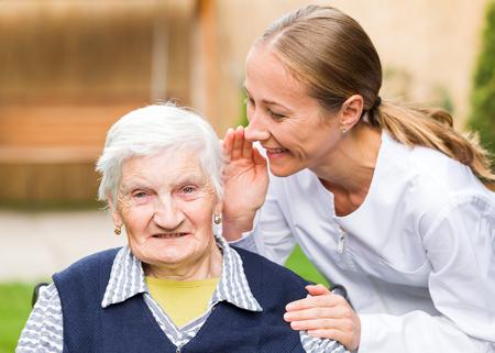 若い介護者と高齢者の女性の写真