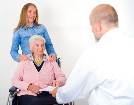 enfermedades mentales: Foto de la mujer mayor con su nieto en el médico