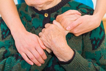 Junger Arzt gibt helfende Hände für ältere Frau Standard-Bild - 37857621