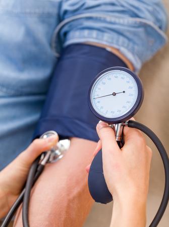 Close up photo de la mesure de la pression artérielle Banque d'images