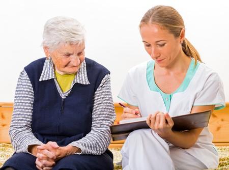 personas saludables: Foto de la mujer de edad avanzada con el joven médico