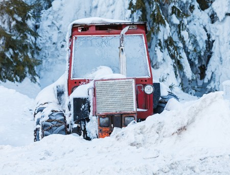 bedeck: Photo of an old red tractor in the snow