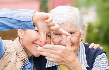 Foto van oudere vrouw met kleinkind met grappige Stockfoto