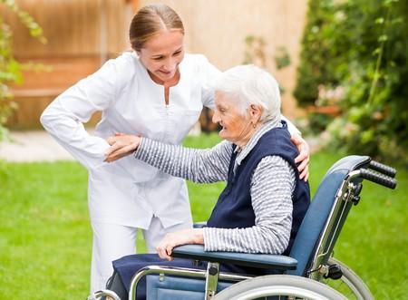 vecchiaia: Foto di giovane badante aiutando la donna anziana Archivio Fotografico