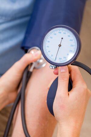 hipertension: Cierre de la foto de la medición de la presión arterial Foto de archivo