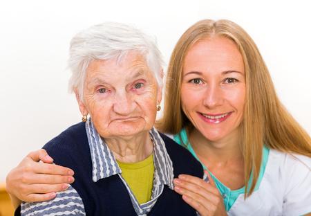persona mayor: Foto de la mujer de edad avanzada con el cuidador