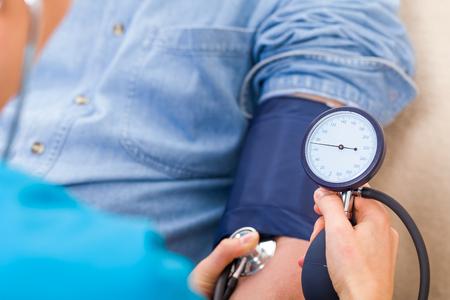 건강: 혈압 측정의 사진을 닫습니다