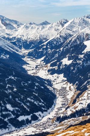 montañas nevadas: Foto del paisaje de montañas cubiertas de nieve en los Alpes Foto de archivo