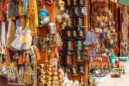 Cierre de foto de una tienda de recuerdos en Katmandú Foto de archivo - 64157220