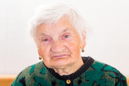 Portrait of elderly woman smiling at the camera 版權商用圖片