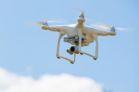 attach         â     â       ©: avión no tripulado de vuelo con cámara contra el cielo
