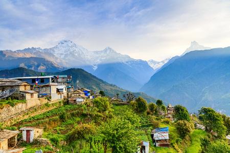 Erstaunliche Morgenansicht zu den Bergen in Ghandruk-Dorf Standard-Bild - 66950672
