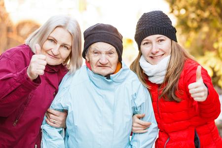 Foto de la mujer de edad avanzada y sus cuidadores