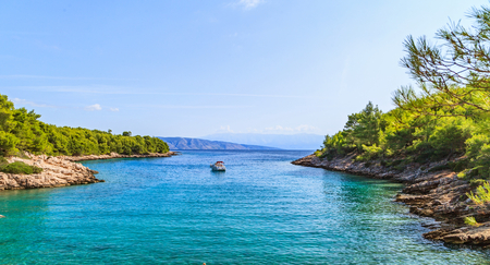 美しいアドリア海の岩の多い海岸線の風景写真