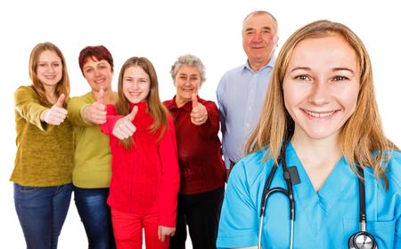 Foto van gelukkige familie die duimen voor de jonge arts laat zien