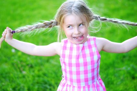 Glücklich verrückten Kind mit langen Haaren